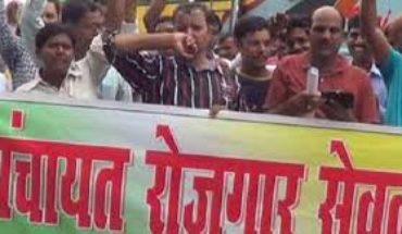 कानपुर देहात-रोजगार सेवकों का दो वर्षो से वेतन न मिलने पर अनिश्चितकालीन धरना Soni News
